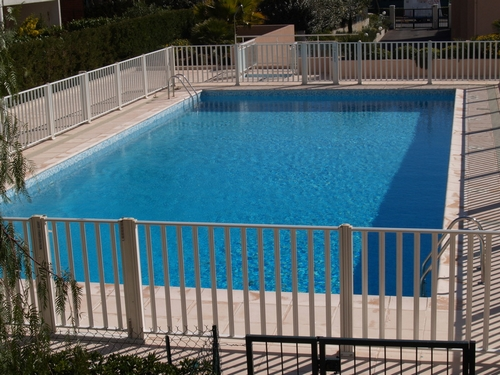 Pourquoi opter pour une barri re piscine en bois piscine for Barriere de protection piscine