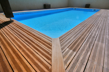 Comment installer sa piscine en bois semi enterr e et for Accessoire piscine enterree